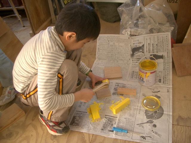 木工をする子どもたち