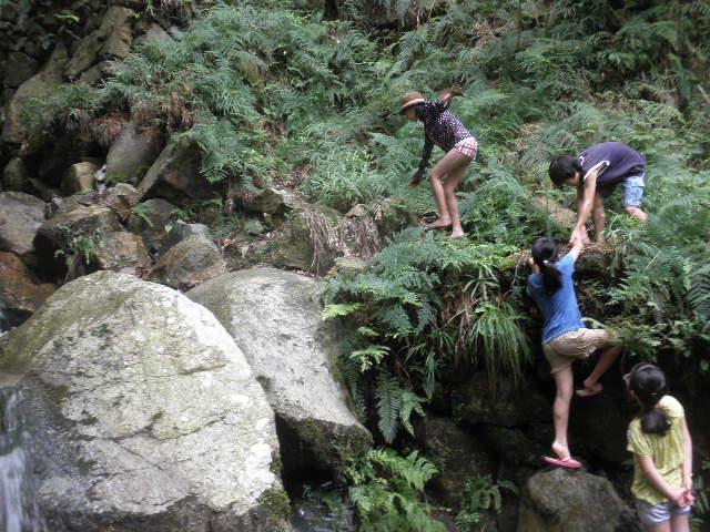 箕面川で川遊び